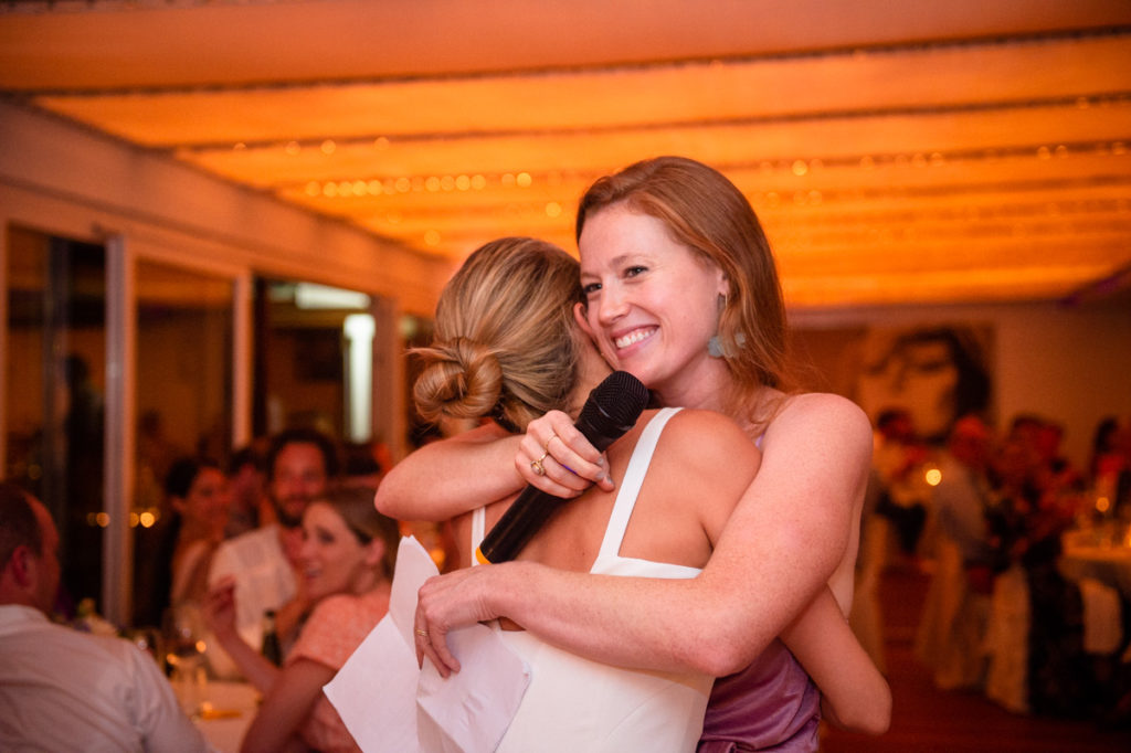 abbraccio tra amiche ristorante matrimonio Portofino ricevimento