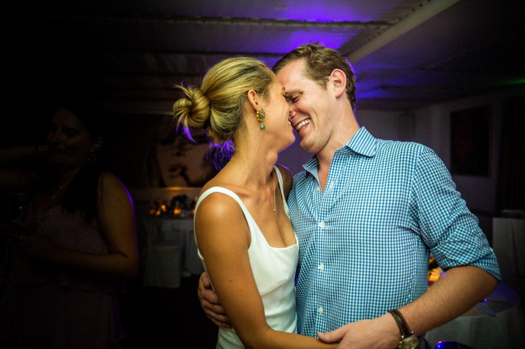 emozione e divertimento coppia sposi prima del matrimonio a portofino