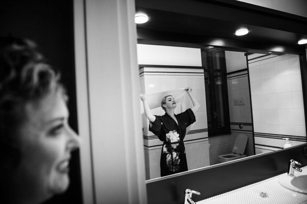 preparazione sposa bagno allo specchio