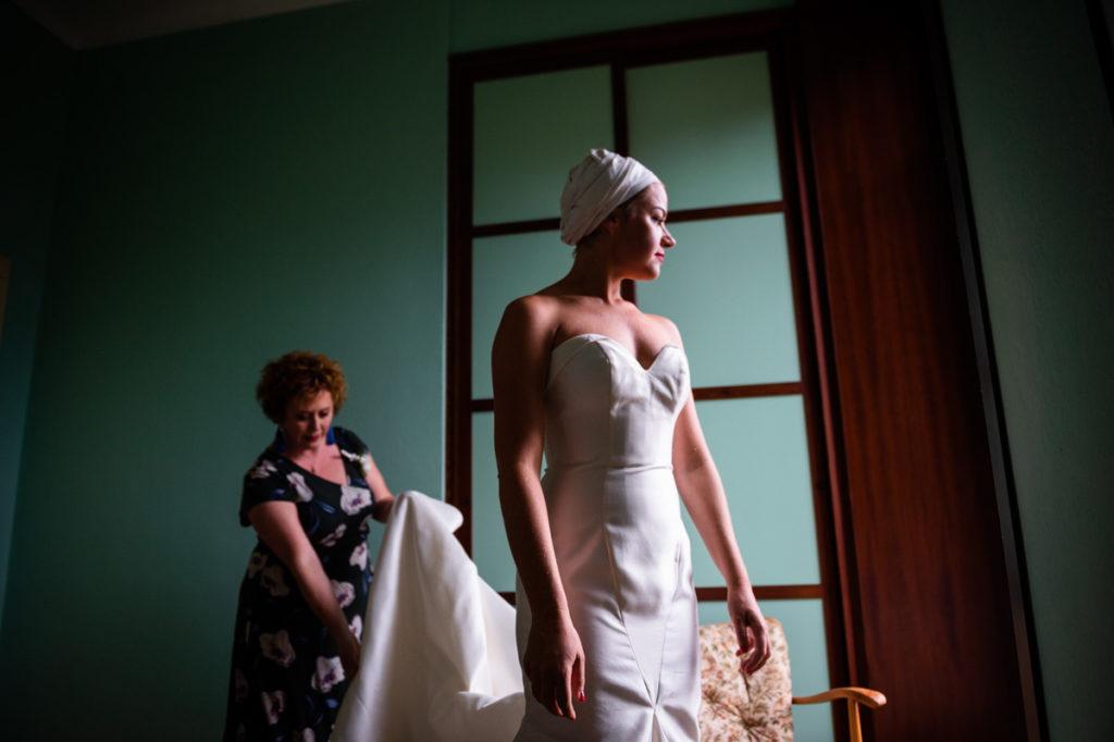 mamma che regge vestito elegante sposa