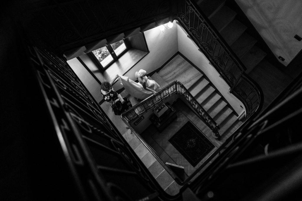 sposa che scende le scale con vestito
