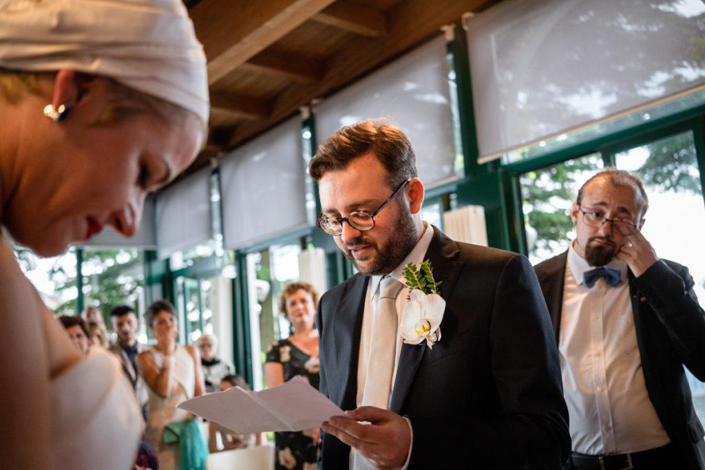 matrimonio lago di como sposo che legge