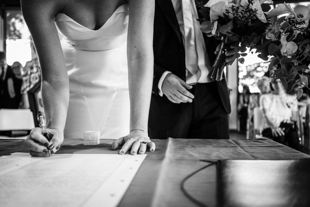 firma sposi con fiori matrimonio lago di como