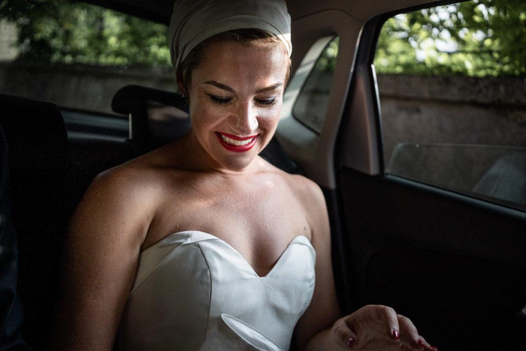 sposa in auto vestito elegante lago di como