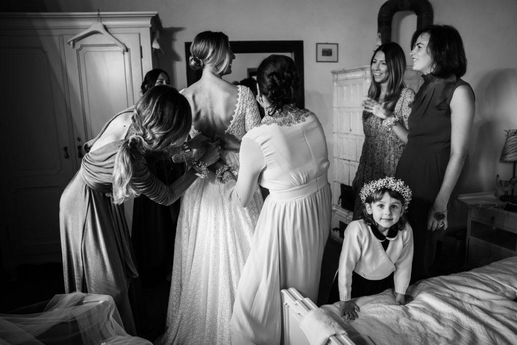 migliore fotografo matrimonio matrimoni Italia Trento bambini lusso elegante vestito sposa Giuliani couture fotografia arte autore reportage spontanea hotel villa amiche damigelle