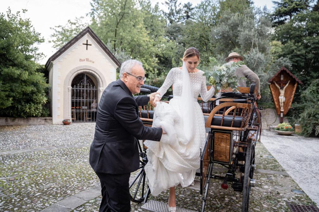 padre cerimonia carrozza Trento Italia fotografo matrimonio bouquet reportage lusso eleganza chiesa tradizionale sposa vestito Giuliani classe