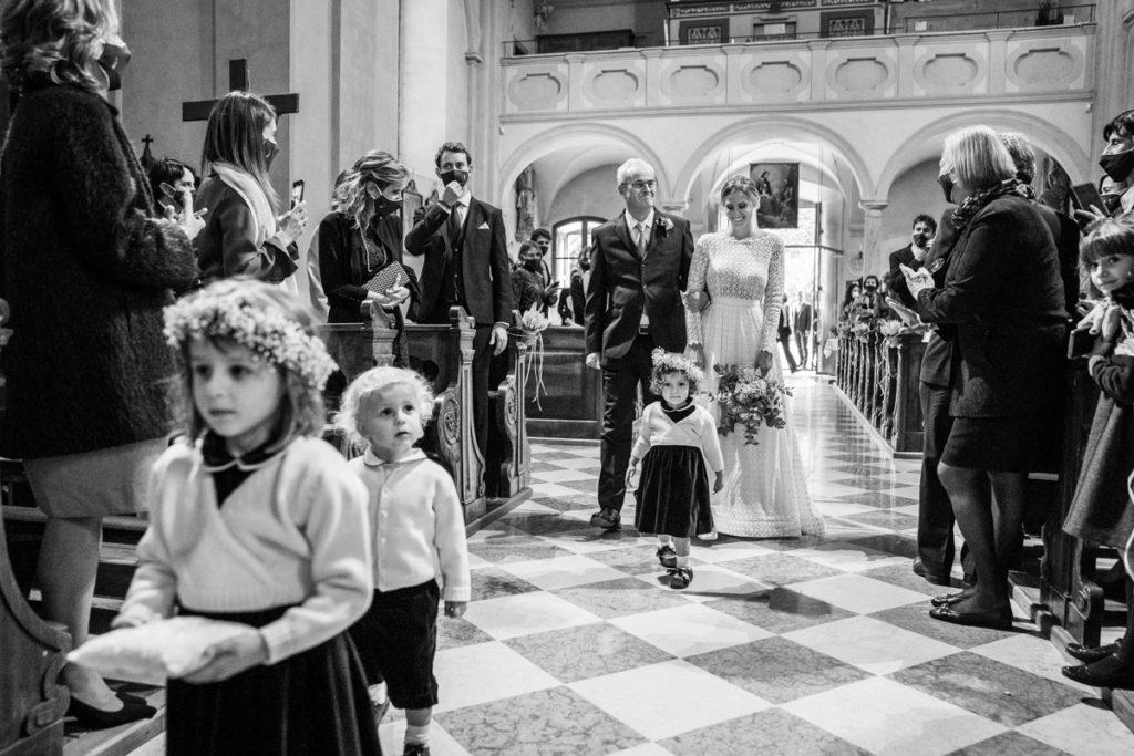 padre cerimonia carrozza Trento Italia fotografo matrimonio bouquet reportage lusso eleganza chiesa tradizionale sposa vestito Giuliani ingresso