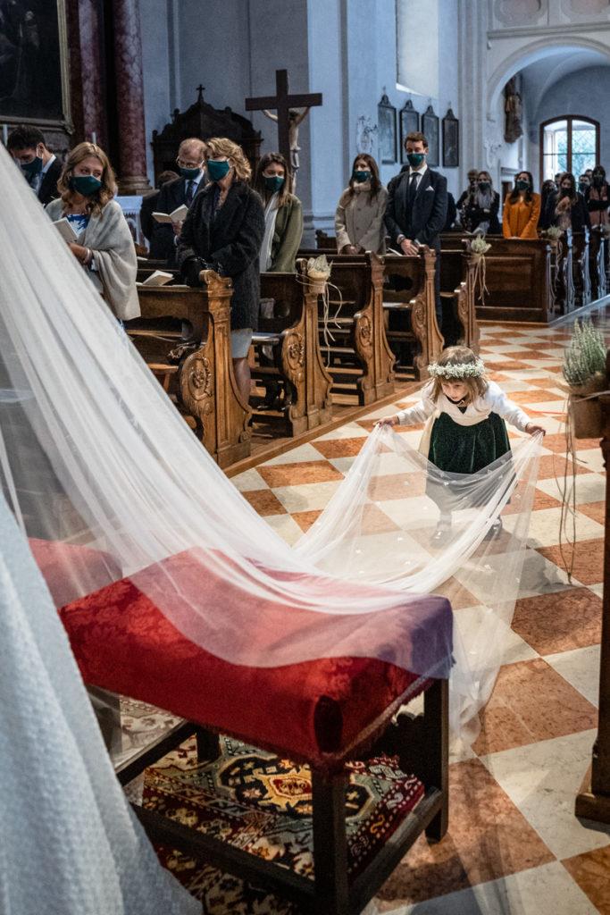cerimonia Trento Italia fotografo matrimonio reportage lusso eleganza chiesa tradizionale sposa vestito Giuliani sposa sposo emozioni bambini damigella