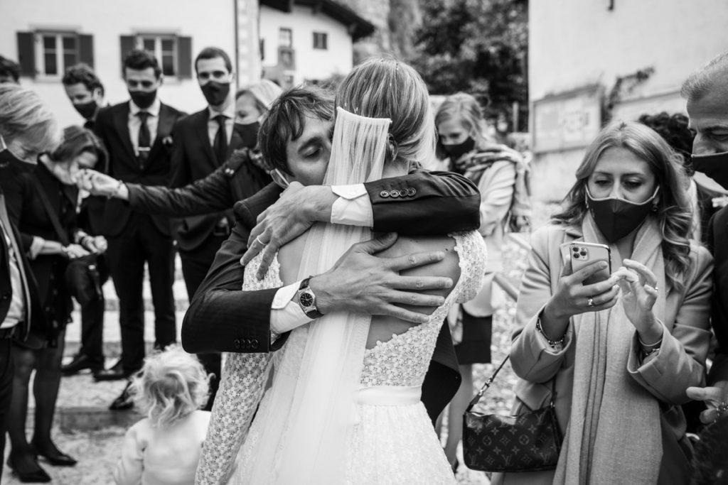 cerimonia Trento Italia fotografo matrimonio reportage lusso eleganza chiesa tradizionale sposa vestito Giuliani sposa sposo emozioni amici abbracci velo