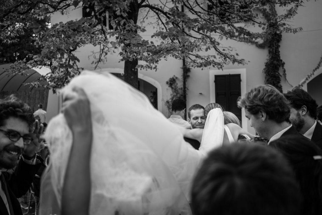 migliore fotografo matrimonio Italia Piemonte Gavi Villa Meirana Broglia vini cerimonia reportage invivtati lusso eleganza campagna abbracci velo sposa fotografia autoriale servizio fotografico
