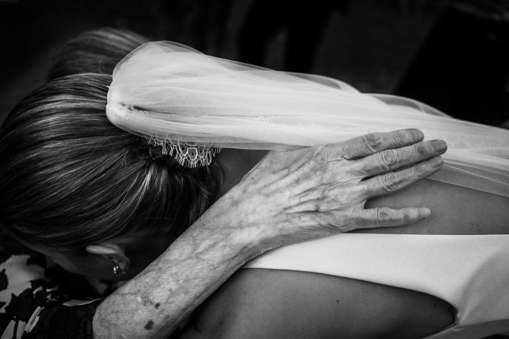 migliore fotografo matrimonio Italia Piemonte Gavi Villa Meirana Broglia vini cerimonia reportage invivtati lusso eleganza campagna abbracci dettagli emozioni nonna sposa velo servizio fotografico autoriale fotografia bianco nero