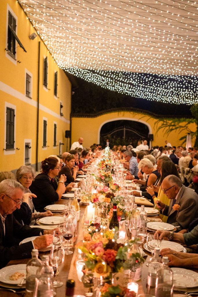 migliore fotografo matrimonio Italia Piemonte Gavi Villa Meirana Broglia vini cerimonia reportage invivtati lusso eleganza campagna abbracci tavolo imperiale cena sposi allestimenti Capurro ricevimento