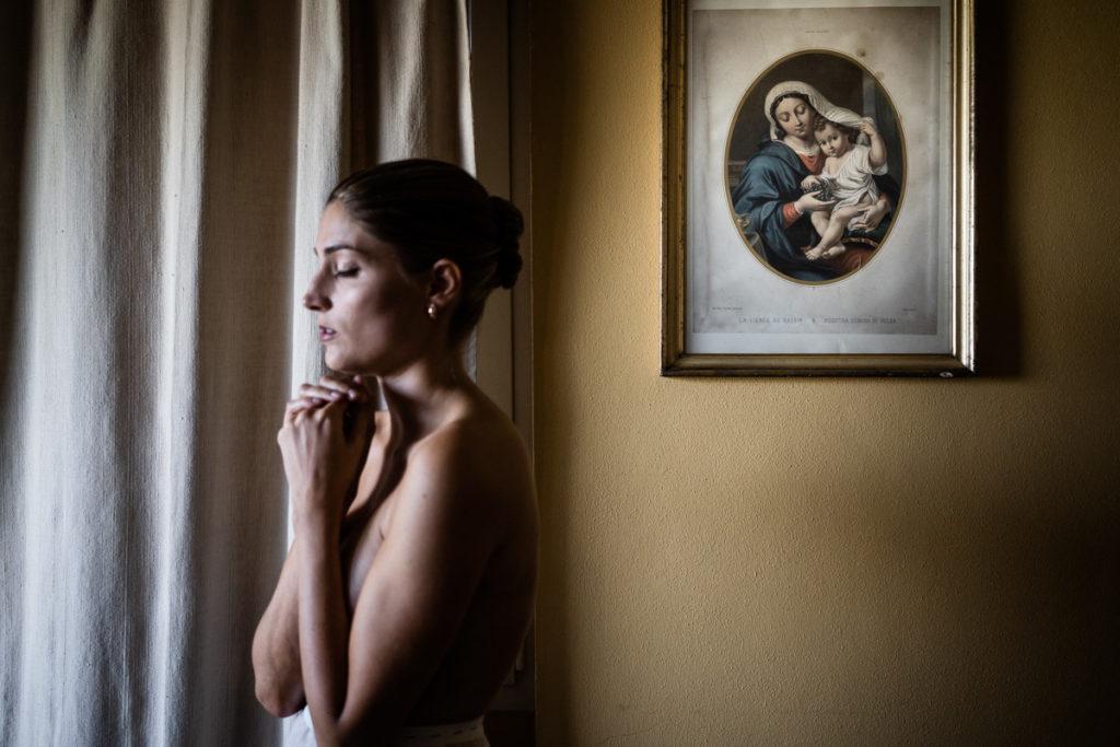 sposa preghiera matrimonio fotografo top italia piemonte gavi Meirana sposa emozioni ricordi lusso reportage autoriale fotografia