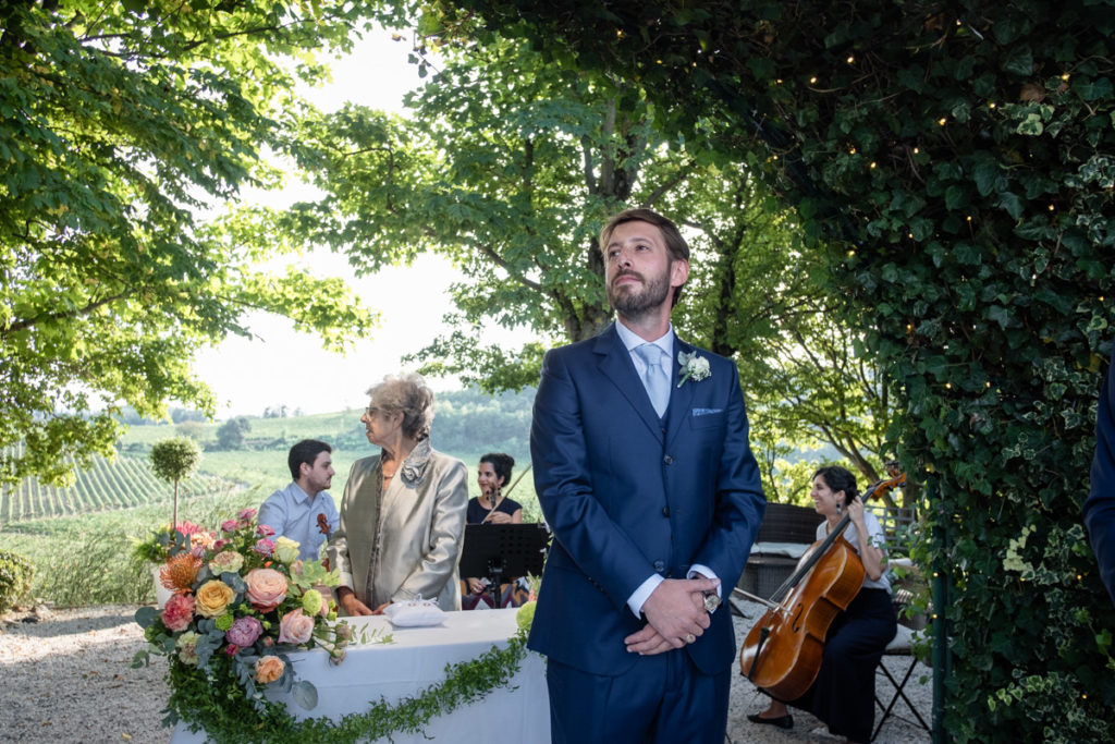 groom country wedding best photographer Piedmont music emotional authorial photography Italy cerimony flowers