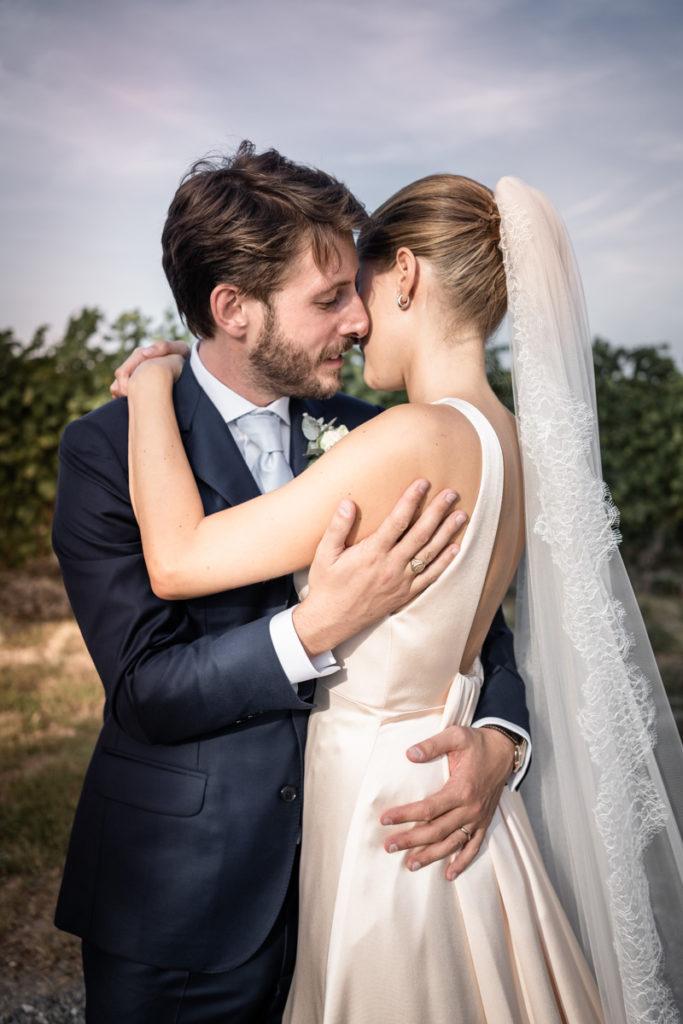 migliore fotografo matrimonio Italia Piemonte Gavi Villa Meirana Broglia vini cerimonia reportage lusso eleganza campagna vestito sposa Piccini top sposo abbracci servizio fotografico sposi