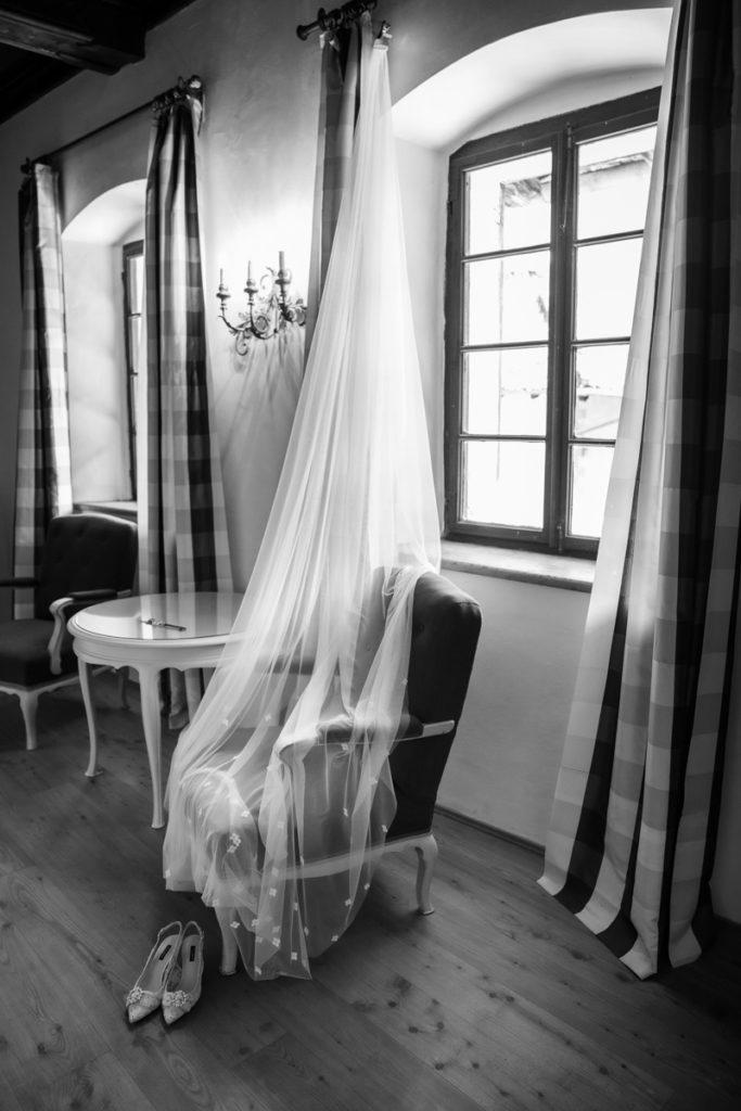 scarpe D&G sposa velo vestito matrimonio sposa Giuliani couture Trento Italia lusso eleganza hotel dimora antica villa reportage fotografie bianco nero migliore