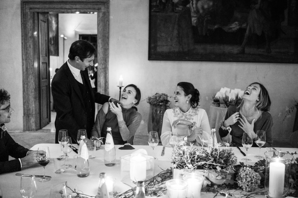 fotografo matrimonio reportage top servizio foltografico Trento Italia cena candele atmosfera villa dimora antica allestimento brindisi lusso eleganza amici
