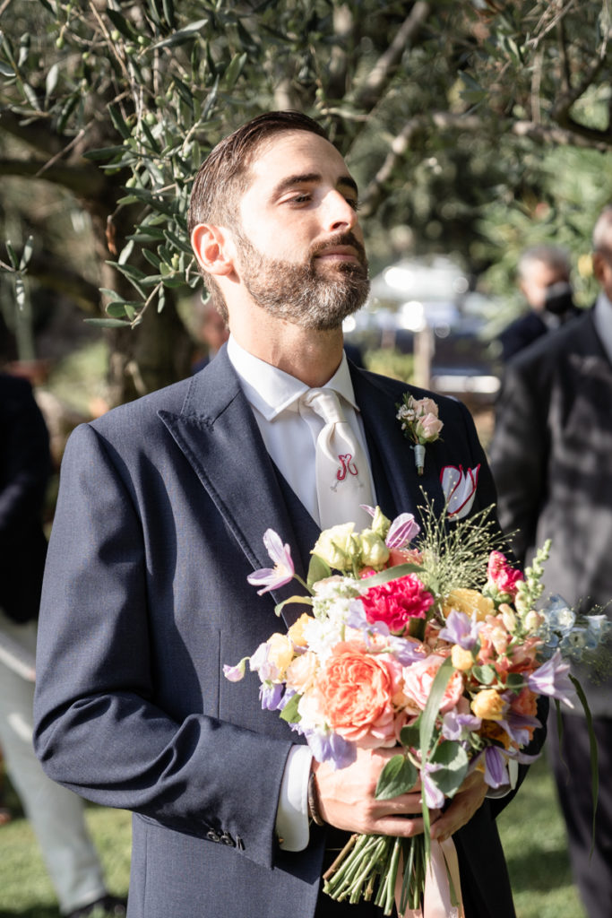 groom bouquet Sara Cattaneo Lab Finale Ligure La Ginestra elegant wedding photographer reportage emotional moment cerimony