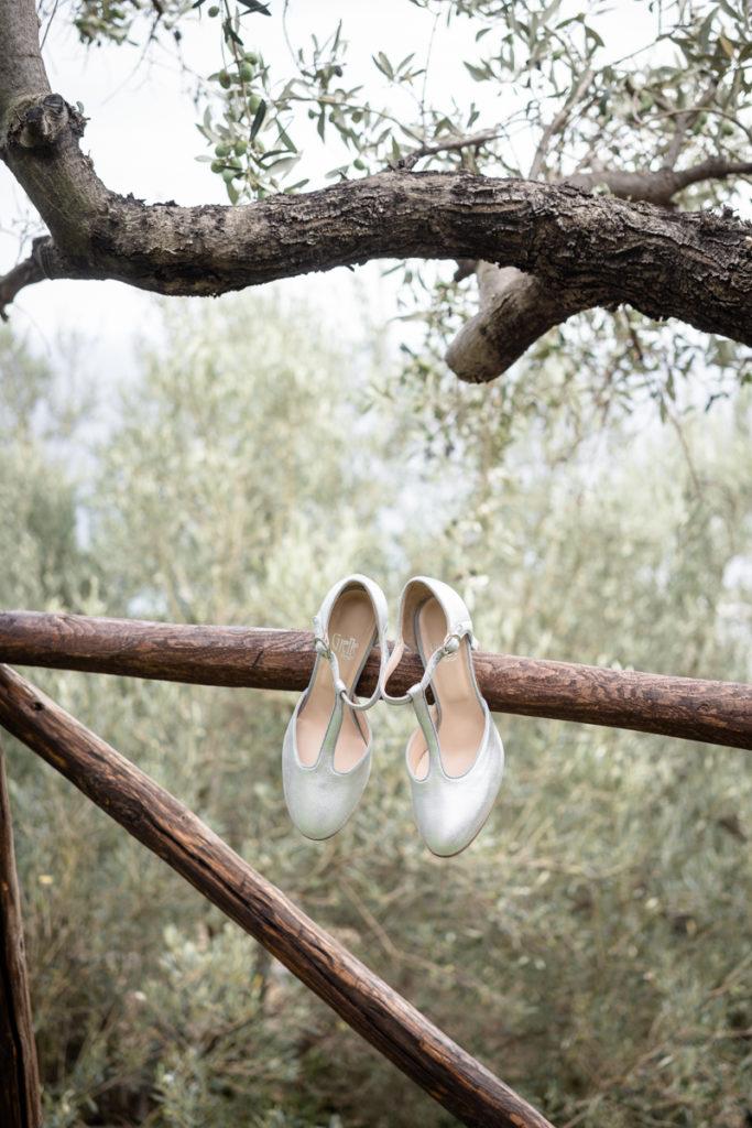 Fotografo matrimonio la Ginestra, abito sposa location ulivi truccatrice lusso Valentina Guria atelier eme genova sposa fotografia dettagl scarpe